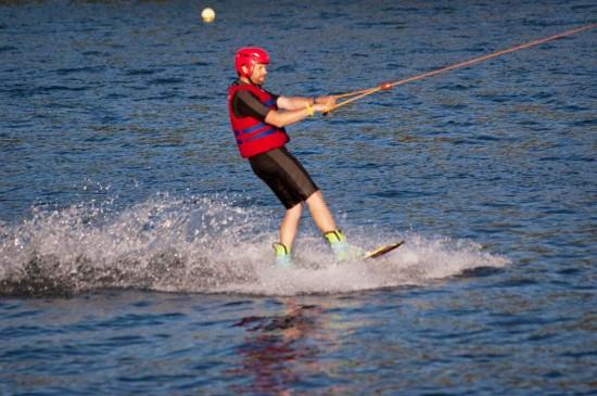 Moi en train de faire du wake board sur le lac de Cergy