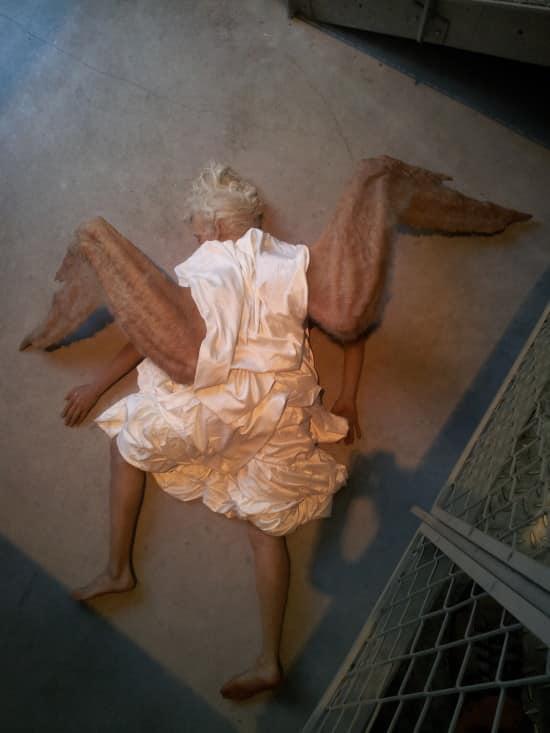 """Une installation présentant un ange """"réaliste"""" tombé en bas d'une cage d'escaliers"""
